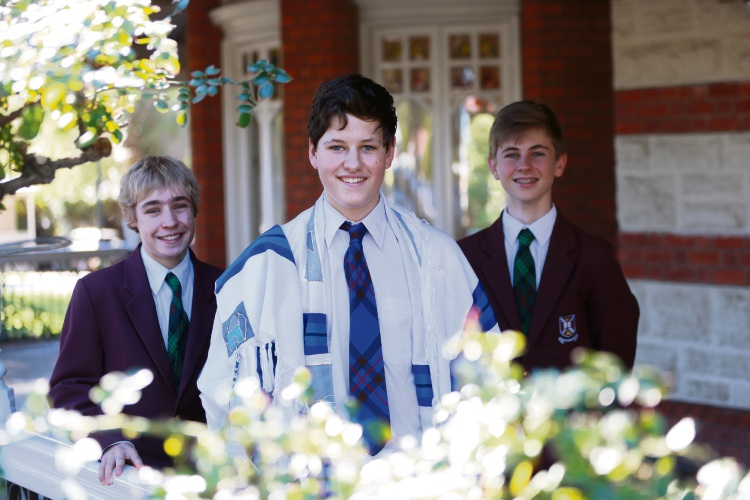 Ethan Lamb, Max Jones and Lachlan Hyndes. Max is hosting a quiz night to raise money for the synagogue that supported him through his Bar Mitzvah. Picture: Andrew Ritchie www.communitypix.com.au d483045
