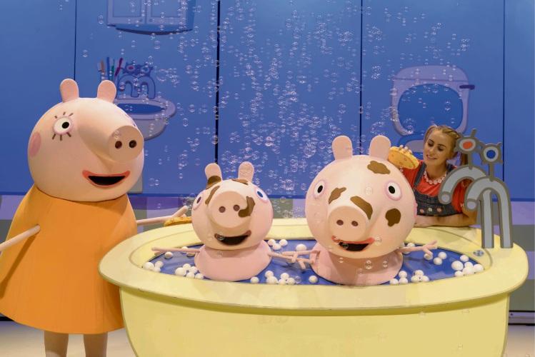 Peppa and George enjoy a bath.