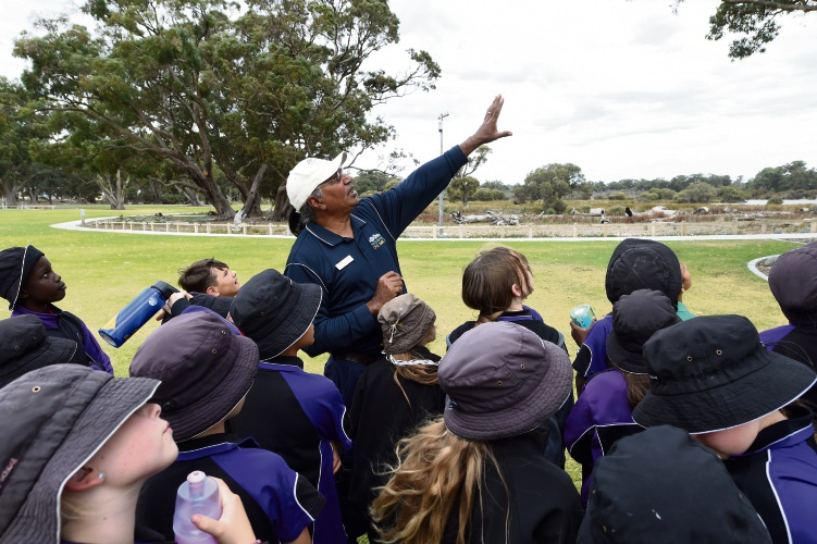 George Walley with Lakelands Primary students. Picture: Jon Hewson www.communitypix.com.au d483170a