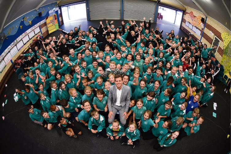 Mandurah Mayor Rhys Williams with Halls Head Primary School Year 4, 5 and 6 students. Picture: Jon Hewson www.communitypix.com.au d481468