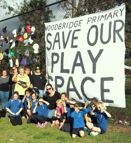 Parents are protesting plans by the Education Department to install nine demountable classrooms at Woodbridge Primary School.