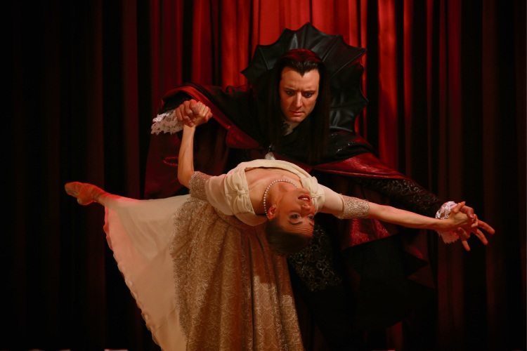 Carina Roberts (Mina) and Matthew Lehmann (Dracula). Picture: Andrew Ritchie d485541
