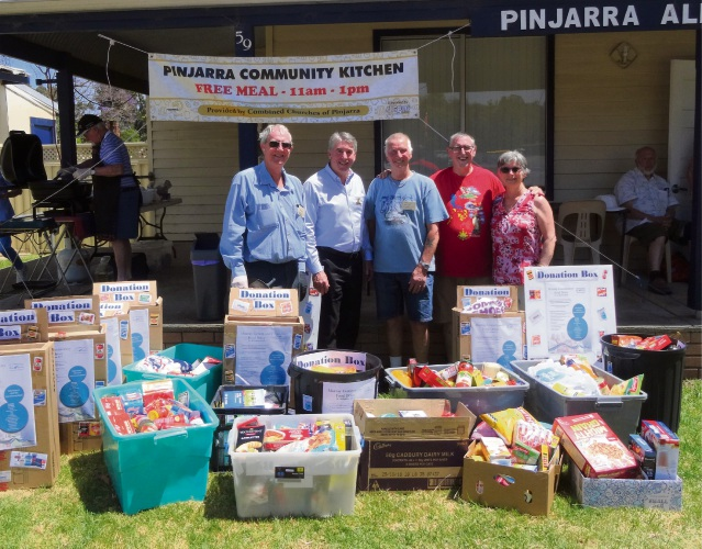 Pinjarra Community Kitchen volunteers with Murray Shire president David Bolt (second left) at the 2017 Murray Community Food Drive handover.