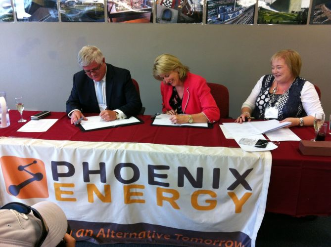 Phoenix Energy managing director Peter Dyson, City of Kwinana Mayor Carol Adams and City of Kwinana chief executive Joanne Abbiss signing the contract documents in 2016. Picture: Phoenix Energy.