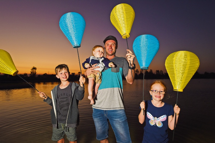 Luke Steyger with Hunter (10 months-old), Jacob (8) and Ella (6). Picture: Jon Hewson www.communitypix.com.au d487972
