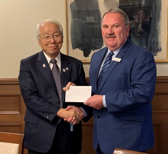 City of Rockingham Mayor Barry Sammels presents Governor of Hyogo Prefecture His Excellency Governor Toshizo Ido with a letter from Premier Mark McGowan. Picture: City of Rockingham.