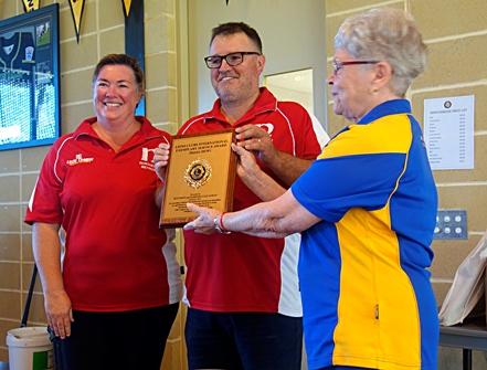 Ballajura Lions' Jill Middlemass presents Barbara and Matt Callaghan with their Lions Exemplary Award.