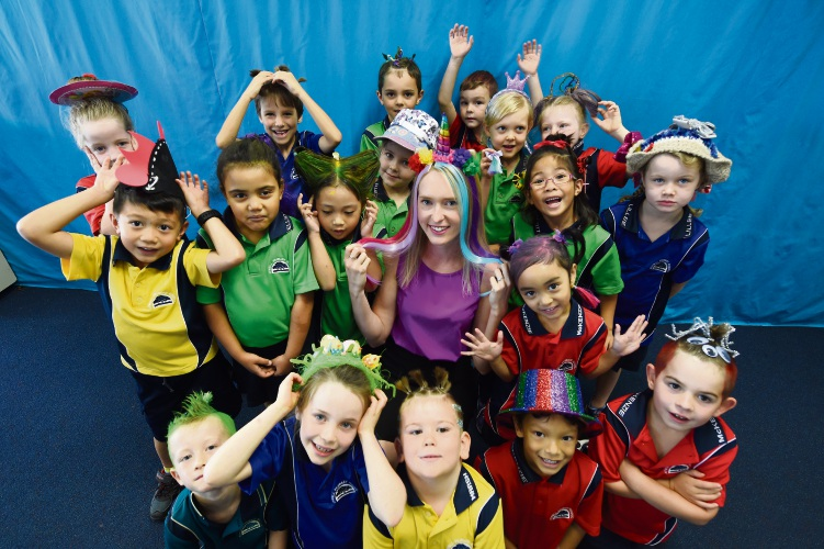 Kia Perry with Atwell Primary School students. Photo: Jon Hewson. d492032 communitypix.com.au.