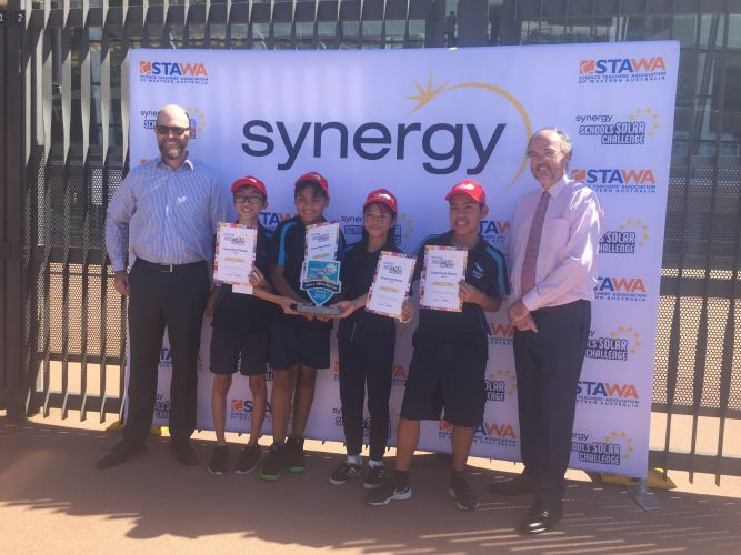 The 2019 Year 8 champions from Kiara College with Synergy chief executive Jason Waters and Energy Minister Bill Johnston.
