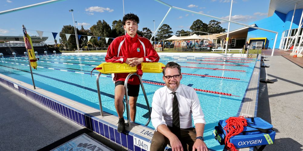 L-R: Darian Saraiva of Bayswater (Lifeguard, Bayswater Waves) and Cr Dan Bull (Mayor, City of Bayswater).  Picture: David Baylis.       www.communitypix.com.au   d495126