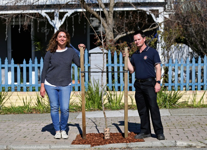 L-R: Bronwynne Jones of Maylands and Mark Short (Consulting Arborist, City of Bayswater). Picture: David Baylis www.communitypix.com.au   d495271