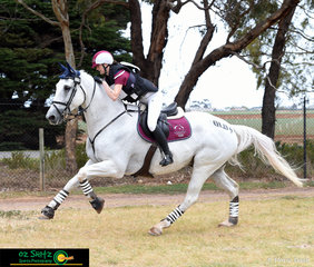 Year 12 student and Queensland Team Captain, Emily Ballard and Celtic Gilligan put the foot down for a clear and faultless run out on cross country in the EvA105 at the Marcus Oldham Interschool Natioinal Championships.