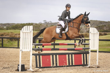 Tori Wake and Wonder Flash from Hamilton, Victoria putting together a solid performance in the Junior 110cm.