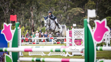 Maleah Lang-McMahon and 'Vakarra Champagne' win the Junior Championship Round 1 in a time of 25.349 sec