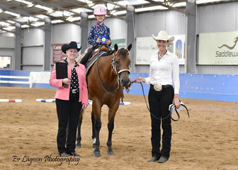 JUDGE LYNDA DANIELSON WITH LEADLINE 3-6 YEARS WINNER, GEORGIA WEALANDS RIDING MPQ CLASSIC EYE CANDY, WITH ASSISTANCE FROM YVETTE WEALANDS