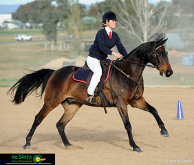 Kicking up some dust and the final combination to work in the Working Horse Challenge was Lara De Jong with her horse Mains Lachlan.