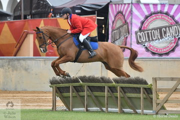 Stuart Bartlett rode 'Time For Dan' to take third place in the class for Gentleman's Hunter.