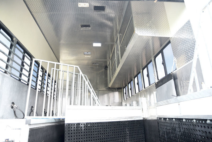 The high roof, plenty of windows, roof ventilation and LED lighting provide plenty of air and light in the horse section. There are five adjustable bays which have head dividers and anti kick rubber to the floor. A CCTV camera also allows Ali to check the horses when travelling.<br> Plenty of room for rugs with the double rug racks thanks to the extra height.