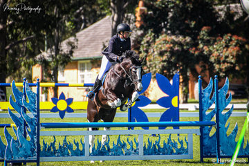 Another busy committee member, Janeth Flowers and 'Grandview Fox in Sox', finding a moment to take 2nd place in The Hahndorf Old Mill Open 90cm