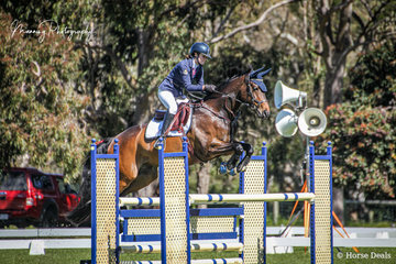 Maisy Davies and 'Bella Bellini' making their way to a 5th place in the Caitlin Forrest Memorial Junior Championships.