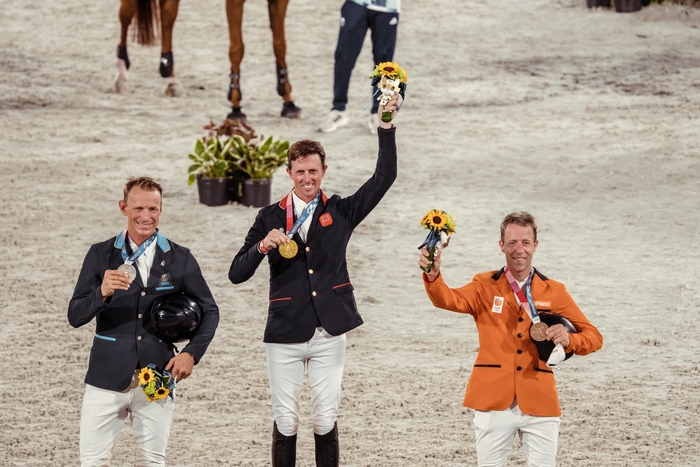 On the podium for the Jumping Individual medal presentation at the Tokyo 2020 Olympic Games in Baji Koen tonight (L to R): Peder Fredricson SWE (silver), Ben Maher GBR (gold) and Maikel van der Vleuten NED (bronze). (FEI/Christophe Taniere)
