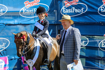 Paul Schuster having a chat to young rider Alli Reinke seen here riding Serendipity Park Xquisite  Smartest on Parade  3rd open small show pony