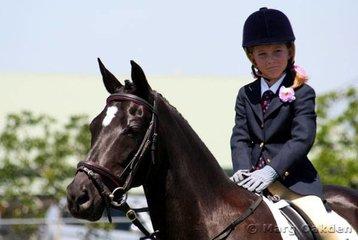 A pair of cuties - Elizabeth Buchanan & Phantom Park Empire await their turn before the judges' eyes.