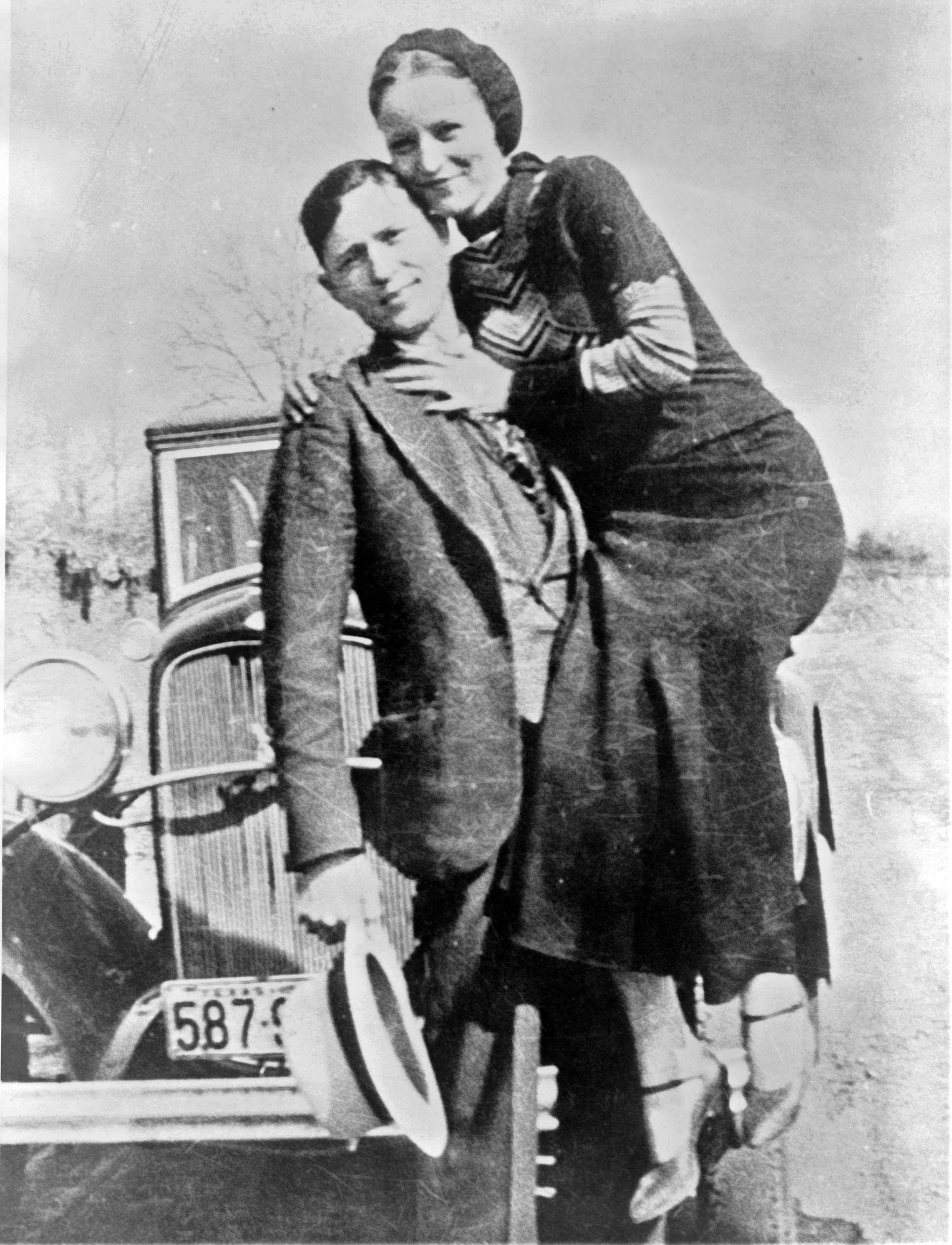 Bonnie and Clyde are killed by police