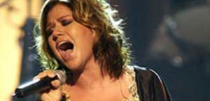 Kelly Clarkson forms girl group