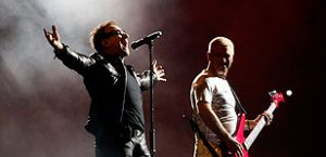 U2 pay tribute to Amy Winehouse