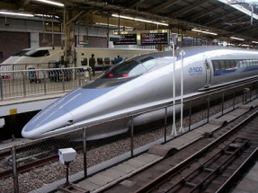 500_series_Shinkansen_train_at_Tokyo_Station_opt