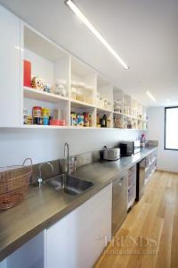 Sleek white kitchen design in new house with 5m long island for Kitchen ideas 5m x 3m