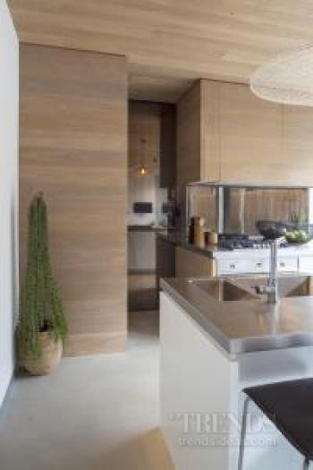 Modest kitchen in Mafi oak with bronze splashback