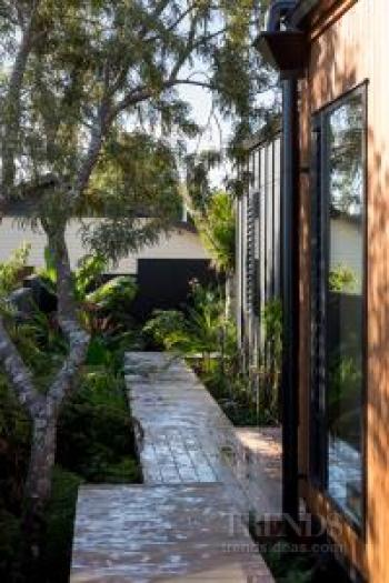 New home with two-tone cladding and connection to nature