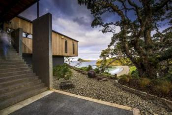 Modern, cantilevered home makes the most of coastal site