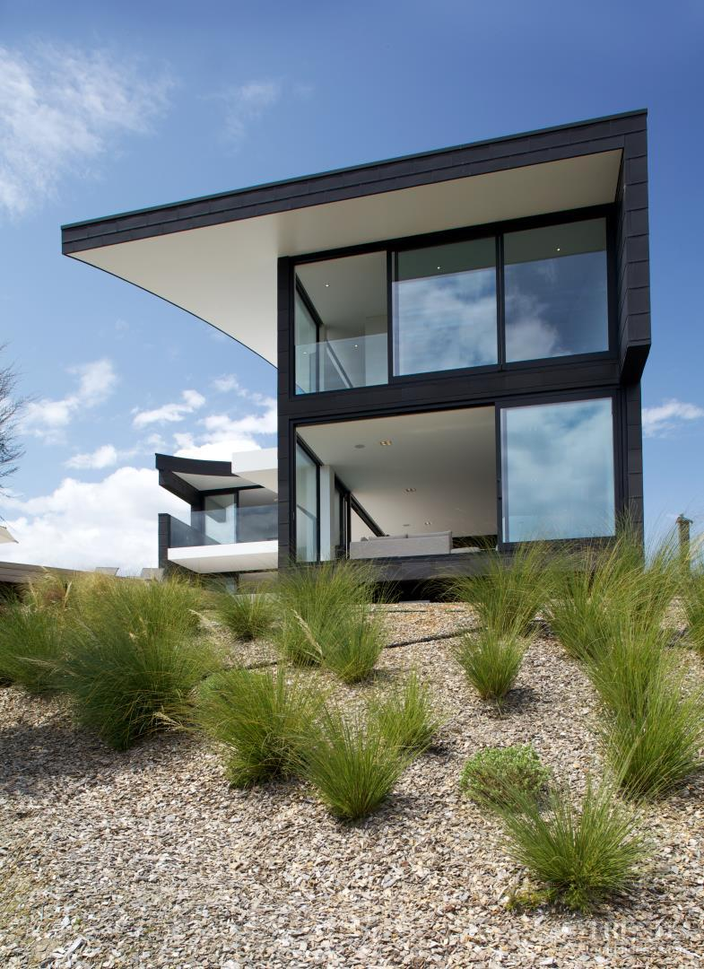 Contemporary holiday home in wanaka by architect thom craig for Holiday home designs new zealand