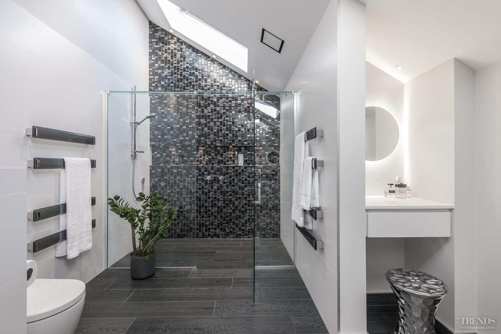 Mosaic feature walls add sparkle to modern bathroom design for Bathroom mosaic design
