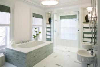 Call of the sea – Large and luxurious bathroom by Jamie Drake