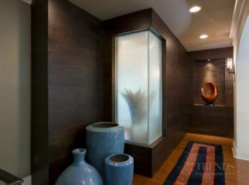 An exotic touch for glamorous bathroom