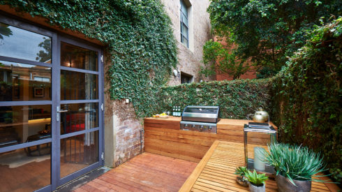 14-Cherie-Barber_Renovating-For-Profit_Chippendale-Warehouse_Courtyard-After_0100-00237