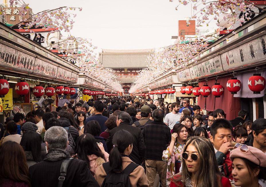 Nakamise-dōri (approach to Sensō-ji)