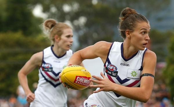 Pre-season favourites Fremantle end AFLW season with a 54-point hiding from Melbourne
