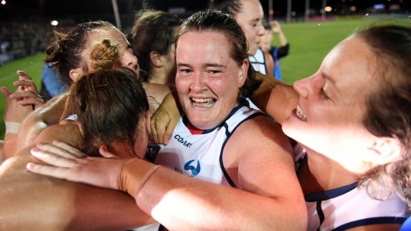 Sarah Perkins re-signs for Crows in AFLW