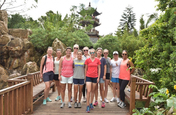 Players go sightseeing in Sanya