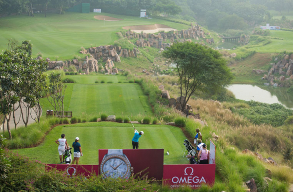 Justine Dreher wins an Omega watch with an incredible hole in one