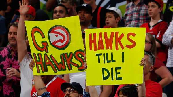 Who needs good form? Hawks fan nails halfcourt shot for $10k (video)