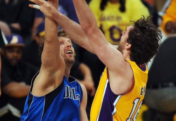 This Day In Lakers History: Trevor Ariza, Pau Gasol Deliver In Win Against Mavericks