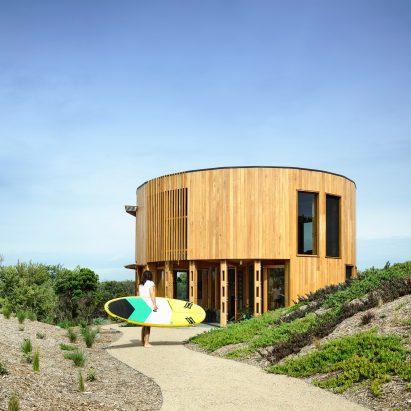 Austin Maynard Architects creates cylindrical holiday house on Australian beach
