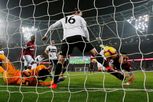West Ham and Fulham managers disagree over impact of Javier Hernandezs handball goal