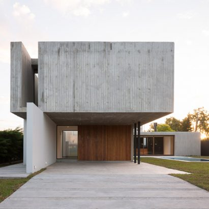 Board-marked concrete box protrudes from Felipe Gonzalez Arzac's Casa Rex in Argentina